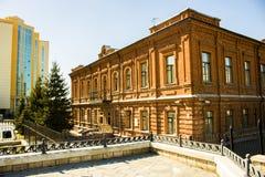 Paisaje de la ciudad del edificio antiguo y del edificio moderno en el día soleado Foto de archivo