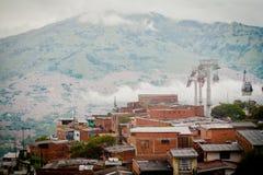 Paisaje de la ciudad del ferrocarril aéreo de la góndola Medellin Colombia, cable del fabela Imágenes de archivo libres de regalías