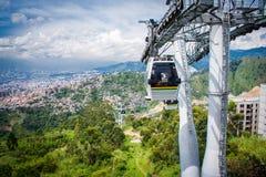Paisaje de la ciudad del ferrocarril aéreo de la góndola Teleférico de Medellin Colombia Imagen de archivo libre de regalías