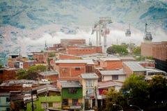 Paisaje de la ciudad del ferrocarril aéreo de la góndola Teleférico de Medellin Colombia Imagenes de archivo