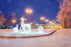Paisaje de la ciudad del invierno - decoraciones de los días de fiesta del Año Nuevo en Veliky Novgorod, Rusia Foto de archivo libre de regalías