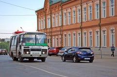 Paisaje de la ciudad El autobús va abajo de la calle las ciudades de Syzran Región del Samara Fotografía de archivo