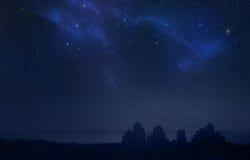 Paisaje de la ciudad en la noche - cielo estrellado Foto de archivo libre de regalías