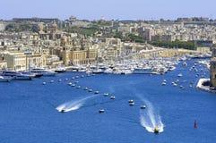 Paisaje de la ciudad en la playa en Malta imagen de archivo libre de regalías