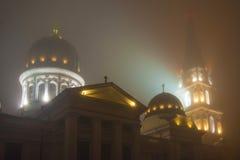Paisaje de la ciudad en niebla Fotos de archivo