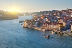Paisaje de la ciudad de Oporto Río del Duero, barco en la puesta del sol, Portugal imagen de archivo