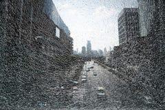 Paisaje de la ciudad a través del vidrio roto Imagen de archivo