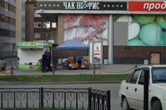 Paisaje de la ciudad: vista de la calle de Mamina-Sibiryak de la colina de Voznesenskaya, nuevo cuarto del negocio foto de archivo