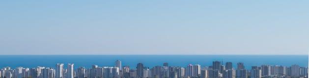 Paisaje de la ciudad y del mar del panorama de la distancia Panorama Imágenes de archivo libres de regalías