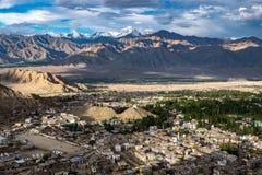 Paisaje de la ciudad y de la montaña de Leh alrededor, distrito de Leh, Ladakh, en el estado indio del norte de Jammu y Cachemira Fotos de archivo