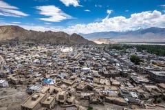 Paisaje de la ciudad y de la montaña de Leh alrededor, distrito de Leh, Ladakh, en el estado indio del norte de Jammu y Cachemira Fotografía de archivo