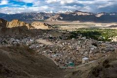 Paisaje de la ciudad y de la montaña de Leh alrededor, distrito de Leh, Ladakh, en el estado indio del norte de Jammu y Cachemira Imagenes de archivo