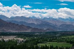 Paisaje de la ciudad y de la montaña de Leh alrededor, distrito de Leh, Ladakh, en el estado indio del norte de Jammu y Cachemira Fotografía de archivo libre de regalías