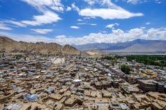 Paisaje de la ciudad y de la montaña de Leh alrededor, distrito de Leh, Ladakh, en el estado indio del norte de Jammu y Cachemira Imagen de archivo libre de regalías