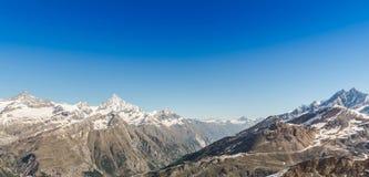 Paisaje de la cordillera con el cielo azul en la región de las montañas, Zermatt, foto de archivo