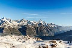 Paisaje de la cordillera con el cielo azul en la región de las montañas, Zermatt, foto de archivo libre de regalías