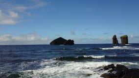 Paisaje de la costa costa de Azores Portugal - playa de Mosteiros almacen de metraje de vídeo