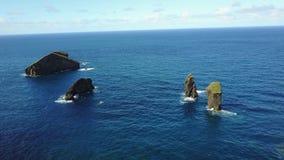 Paisaje de la costa costa de Azores Portugal - playa de Mosteiros metrajes