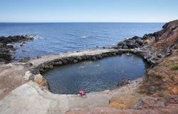 Paisaje de la costa costa de Azores con la piscina natural en el Topo Sao Jorge Fotos de archivo