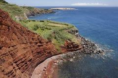 Paisaje de la costa costa de Azores con los acantilados rojos en el Topo Sao Jorge Foto de archivo libre de regalías
