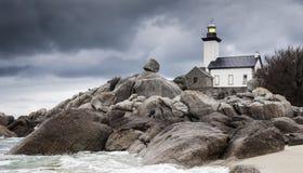 Paisaje de la costa costa en marea baja con el faro y el rocho peculiar foto de archivo