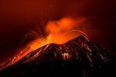 Paisaje de la erupción del volcán en la noche - el monte Etna en Sicilia Fotografía de archivo