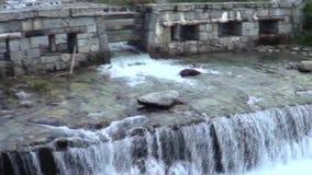 Paisaje de la escena del agua de la naturaleza de la cascada almacen de video