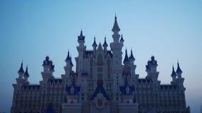 Paisaje de la fantasía con el castillo del cuento de hadas en la noche con el cielo azul en el fondo almacen de metraje de vídeo