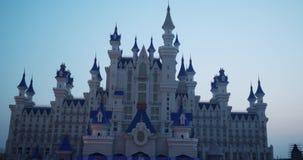 Paisaje de la fantasía con el castillo del cuento de hadas en la noche con el cielo azul en el fondo almacen de video