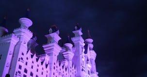 Paisaje de la fantasía con el castillo del cuento de hadas en la noche con el cielo de la nube en el fondo almacen de video