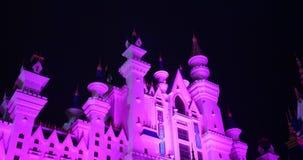 Paisaje de la fantasía con el castillo del cuento de hadas en la noche con el cielo de la nube en el fondo metrajes