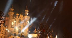 Paisaje de la fantasía con el castillo del cuento de hadas en la noche con el cielo de la nube en el fondo almacen de metraje de vídeo