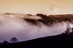 Paisaje de la fantasía en la niebla fotos de archivo
