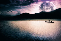 Paisaje de la fantasía - luna, lago y barco Fotos de archivo libres de regalías