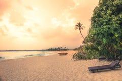 Paisaje de la forma de vida de las vacaciones del viaje de la puesta del sol de la playa con las ondas anchas de la costa costa d foto de archivo