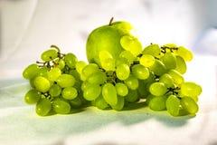 Paisaje de la fruta en un fondo apacible blanco fotografía de archivo