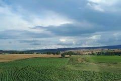 Paisaje de la granja con las nubes de lluvia Fotos de archivo libres de regalías