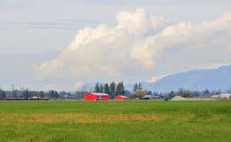 Paisaje de la granja y nube Billowing foto de archivo libre de regalías