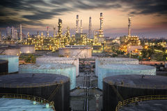 Paisaje de la industria de la refinería de petróleo imagen de archivo libre de regalías