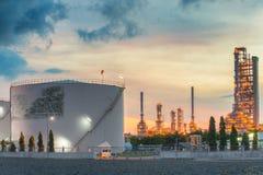 Paisaje de la industria de la refinería de petróleo con el tanque de almacenamiento de aceite imagen de archivo libre de regalías