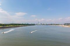 Paisaje de la industria en el puerto con el esquí del jet en el mar Fotografía de archivo