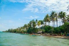 Paisaje de la isla con las palmeras en fondo del cielo en la isla del conejo Imagen de archivo libre de regalías
