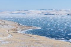 Paisaje de la isla del invierno y del lago congelado en el lago Baikal en Siberia, Rusia Fotografía de archivo libre de regalías