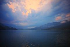 Paisaje de la mañana con el lago y las montañas Imágenes de archivo libres de regalías
