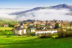 Paisaje de la mañana con el pueblo en las montañas de Apennines Imágenes de archivo libres de regalías
