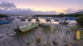Paisaje de la mañana con los barcos trenzados en el río de Tamsui durante una marea baja Imagen de archivo