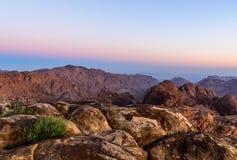 Paisaje de la mañana de las montañas cerca de la montaña de Moses, Sinaí Egipto Foto de archivo