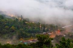 Paisaje de la madrugada del valle scenary hermoso de la montaña en Imagen de archivo libre de regalías