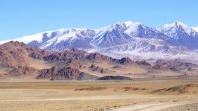 Paisaje de la Mongolia occidental con Ger mongol en la estepa grande almacen de metraje de vídeo