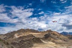 Paisaje de la montaña alrededor del distrito de Leh con el aeroplano en el cielo, Ladakh, en el estado indio del norte de Jammu y Fotografía de archivo